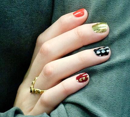 Una decorazione unghie trendy e divertente, i pois di Pixie Lott