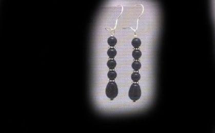 Orecchini di bijoux per completare la parure di perle nere