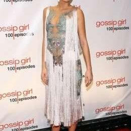 Blake Lively festeggia i primi 100 episodi di Gossip Girl con un incantevole abito Marchesa