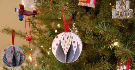 Albero di Natale sì ma… ecologico, decoriamolo con addobbi e ghirlande di carta