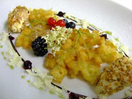 Le nostre ricette con i fiori si impreziosiscono della frittura: cuciniamo i fiori di sambuco