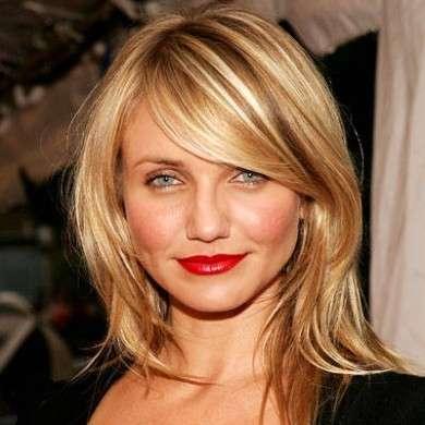 La frangia laterale scalata è il must per le donne che hanno capelli lisci