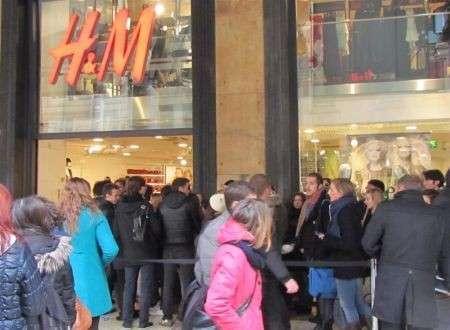 Versace for H&M finalmente nei negozi, le foto dello store di Milano in esclusiva per voi