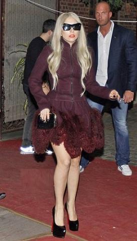 Lady Gaga fa shopping con uno strepitoso look Azzedine Alaia e pumps Christian Louboutin