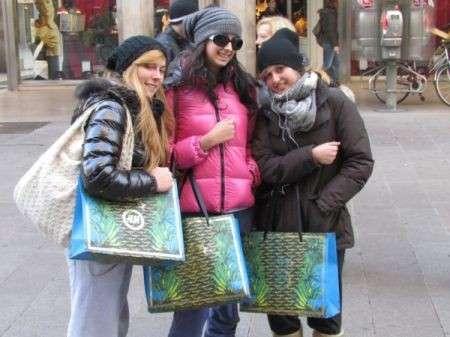 Versace for H&M, le foto di Moda Pour Femme presso gli store di Milano