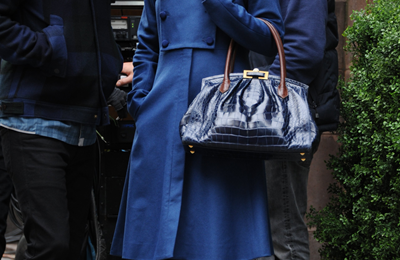 "Leighton Meester con le pumps ""Gilbert"" in vernice blu di Jimmy Choo sul set di Gossip Girl"