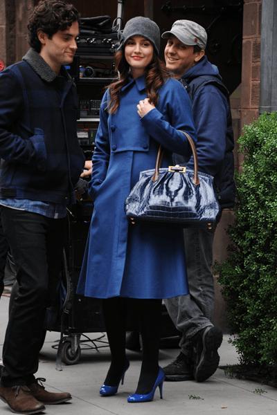 "Leighton Meester con le pumps ""Gilbert"" in vernice blu di Jimmy Choo sul set di Gossip Girl"