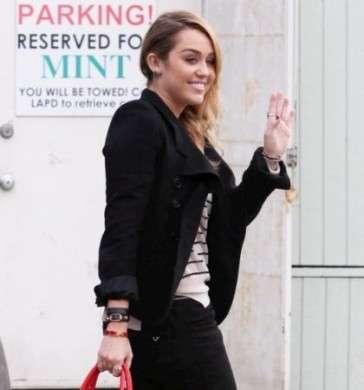 Il nuovo look di Miley Cyrus: capelli e make up super chic!