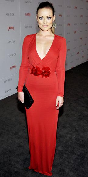 Olivia Wilde veste il rosso passione di Gucci con una clutch Renè Caovilla, davvero chic