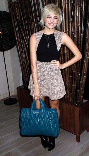 Pixie Lott con la borsa Miu Miu in matelassé, vi piace il blu elettrico?