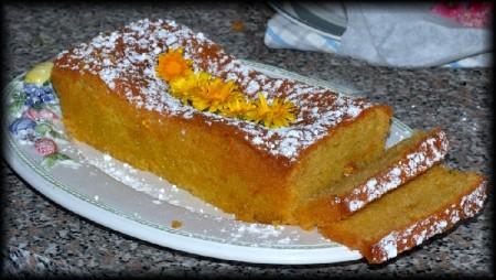Cucinare con i fiori, un dolce alla calendula: prepariamo la ricetta del plumcake