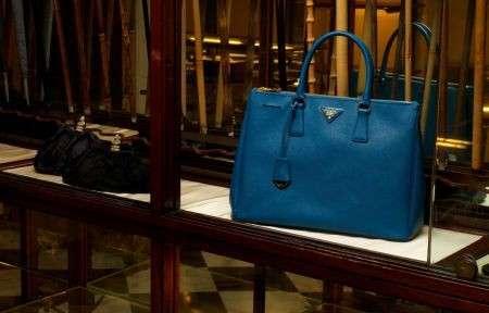b7da38d8ed Borse tote colorate tra i nuovi arrivi di Prada, le foto della linea  Galleria