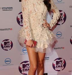 Selena Gomez con un look incantevole firmato Marchesa e Casadei agli MTV Music Awards