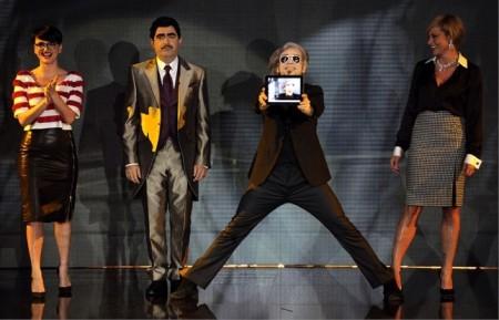Simona Ventura a X Factor 5 sceglie la stampa vichy black & white di Ferragamo, Arisa le frange di Frankie Morello