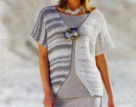Lavori a maglia per creare un gilet di tonalità grigia