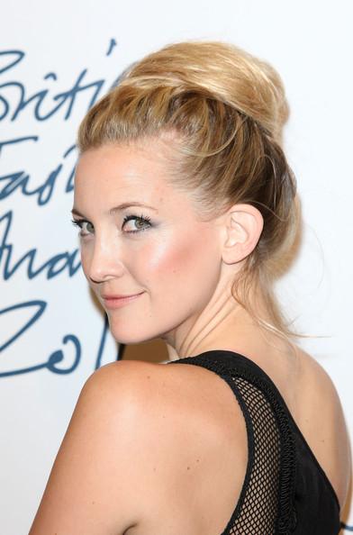 Capelli raccolti ed eleganti per Kate Hudson ai British Fashion Awards, un look da copiare