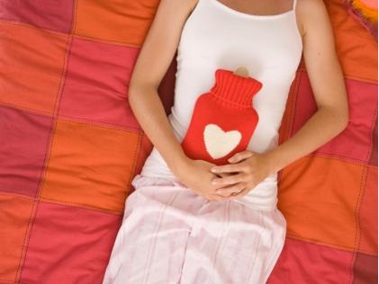 Le mestruazioni durante le Festività sono una seccatura, ecco come alleviare i crampi in modo naturale