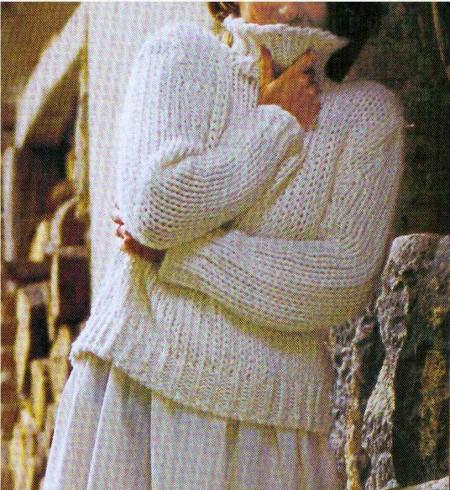 Lavori a maglia per confezionare un pullover bianco a collo alto