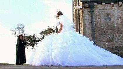 L'abito da sposa più ingombrante del mondo appartiene ad una ragazza gipsy e pesa 95 chili