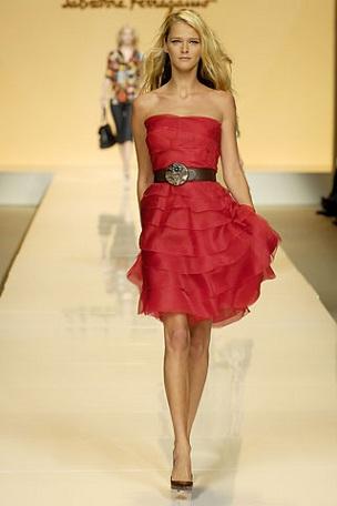 abito rosso di Salvatore Ferragamo indossato da CArmen Kass