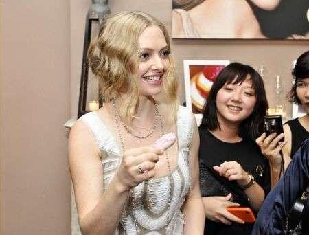Alberta Ferretti veste Amanda Seyfried, nuova testimonial Shiseido, foto del look