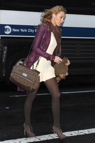 Blake Lively griffatissima per le strade di New York abbina Burberry, Louboutin e Dolce & Gabbana