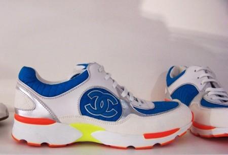 Chanel presenta le sue prime scarpe da ginnastica, vi piacciono?