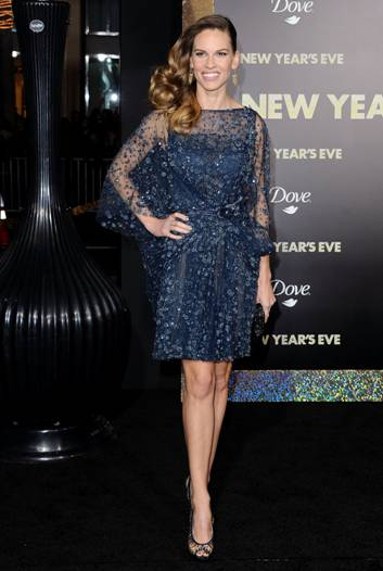 "Hilary Swank incanta in un minidress Elie Saab blu notte alla premiere di ""New Year's Eve"""