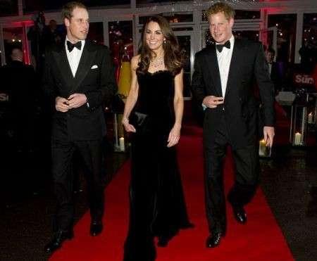 Kate Middleton con un abito in velluto di Alexander McQueen