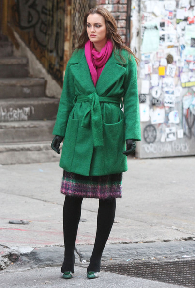 Sul set di Gossip Girl Leighton Meester veste Diane von Furstenberg con pumps Casadei