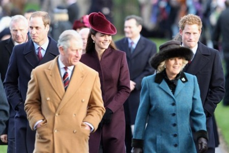 Kate Middleton alla messa di Natale con un cappellino color prugna