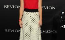 Olivia Wilde abbina top rosso Lanvin con gonna a pois Marc Jacobs e pumps YSL