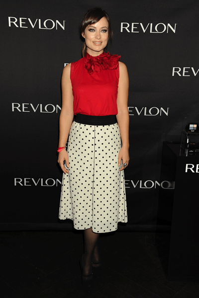 Olivia Wilde abbina top rosso Lanvin con gonna a pois Marc Jacobs e pumps YSL