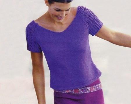 Lavori a maglia per confezionare una maglietta viola con ampio scollo