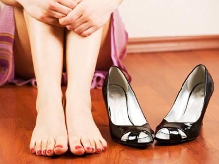 La puzza dei piedi è un problema fastidioso e diffuso, vediamo le cause e i rimedi