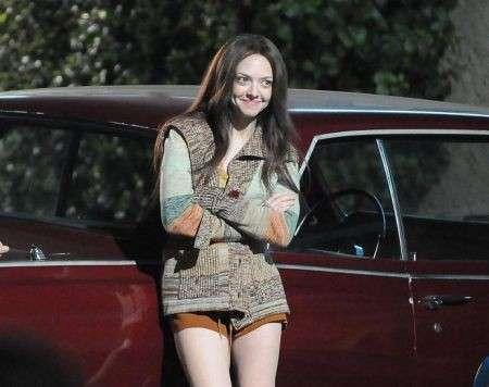 Capelli castani per Amanda Seyfried: le foto del suo nuovo look