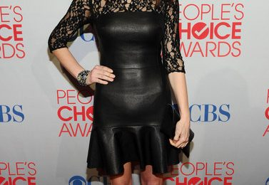 "Ashley Greene con un abito in pelle nera DKNY e le pumps ""Harrison"" di Brian Atwood"