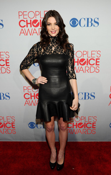 """Ashley Greene con un abito in pelle nera DKNY e le pumps """"Harrison"""" di Brian Atwood"""