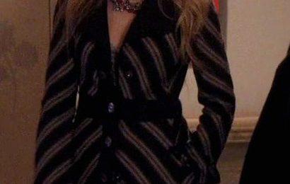 """Blake Lively sul set di Gossip Girl con il cappotto """"Jacqueline"""" di Marc Jacobs"""