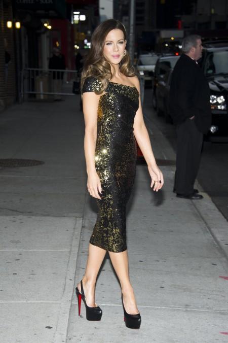 Kate Beckinsale veste Donna Karan con i tacchi altissimi delle Daffodile Louboutin
