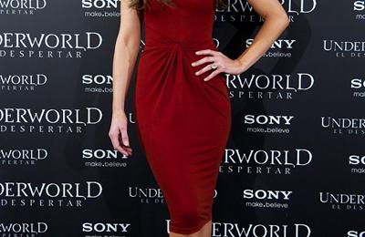 Kate Beckinsale con un abito Michael Kors e le ormai immancabili Maniac di Brian Atwood