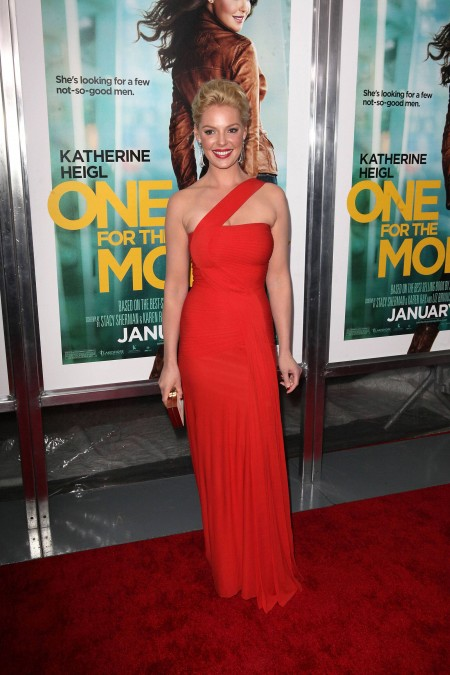 Katherine Heigl con un look in rosso completato da accessori Jimmy Choo e Ferragamo