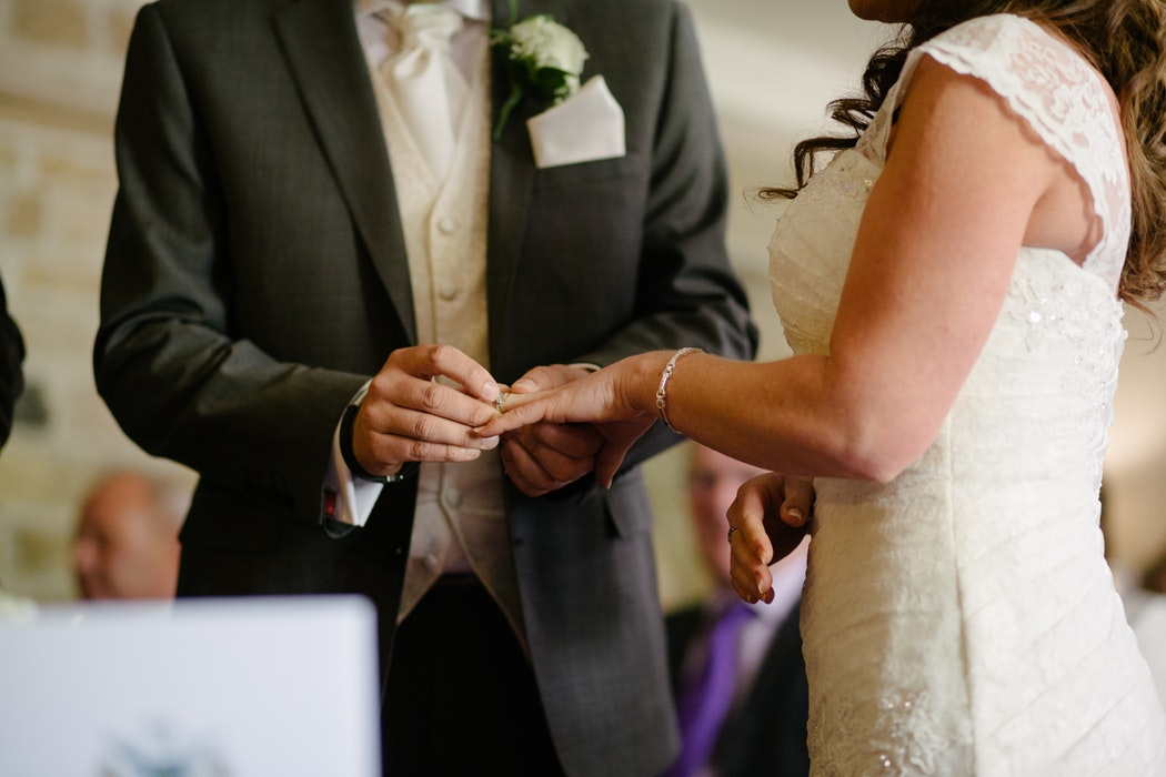 Scambio delle fedi e lettura di poesie per un matrimonio religioso