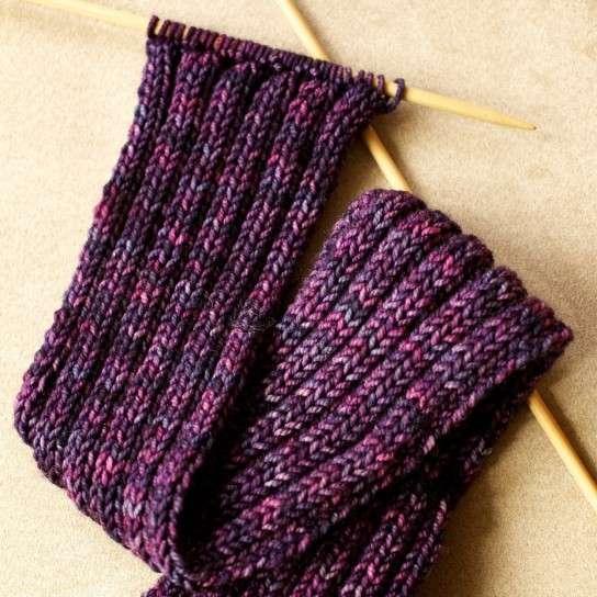 Lavori a maglia per creare una sciarpa molto particolare [FOTO]