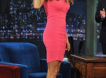 "Stacy Keibler in McQ Alexander McQueen al ""Late Night with Jimmy Fallon"""