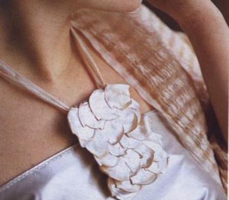 Bijoux fai da te: realizza una collana in petali di madreperla