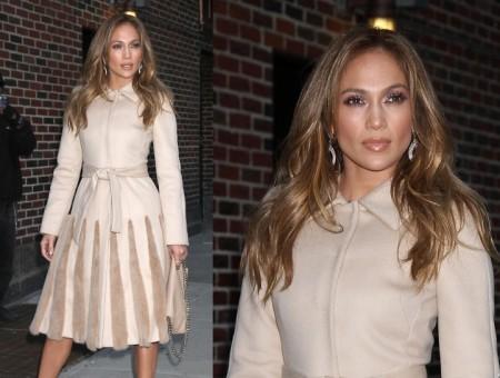 """Jennifer Lopez con look Alberta Ferretti e Valentino per promuovere """"Q'Viva! The Chosen"""""""