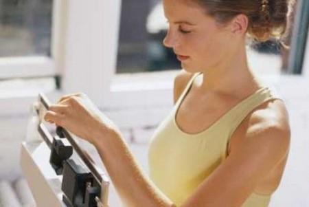 Peso corporeo, le donne barano sui chili di troppo