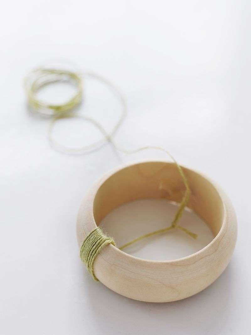 Gioielli fai da te: un bracciale macramè con perline d'avorio [FOTO]