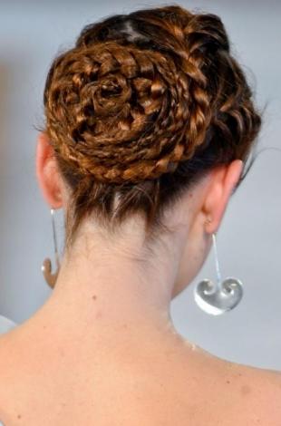 Acconciature capelli lunghi, una treccia-chignon  elegante per la primavera